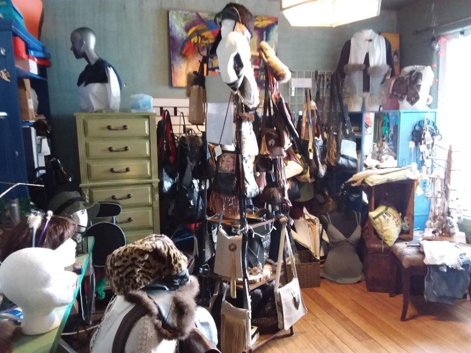 bijoux et accessoires intérieur de la boutique avec designs personnalisés design inedit mont-saint-hilaire quebec canada ulocal produits locaux achat local produits du terroir locavore touriste