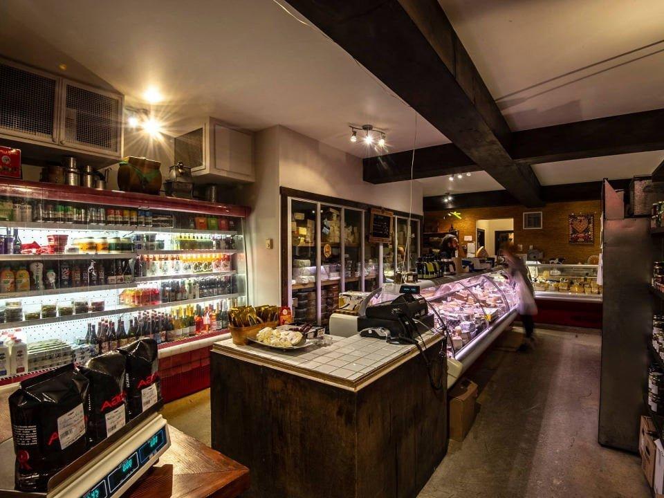 fromagerie intérieur de l'épicerie fine présentoirs de fromages fromagerie maitre corbeau montreal quebec canada ulocal produits locaux achat local produits du terroir locavore touriste