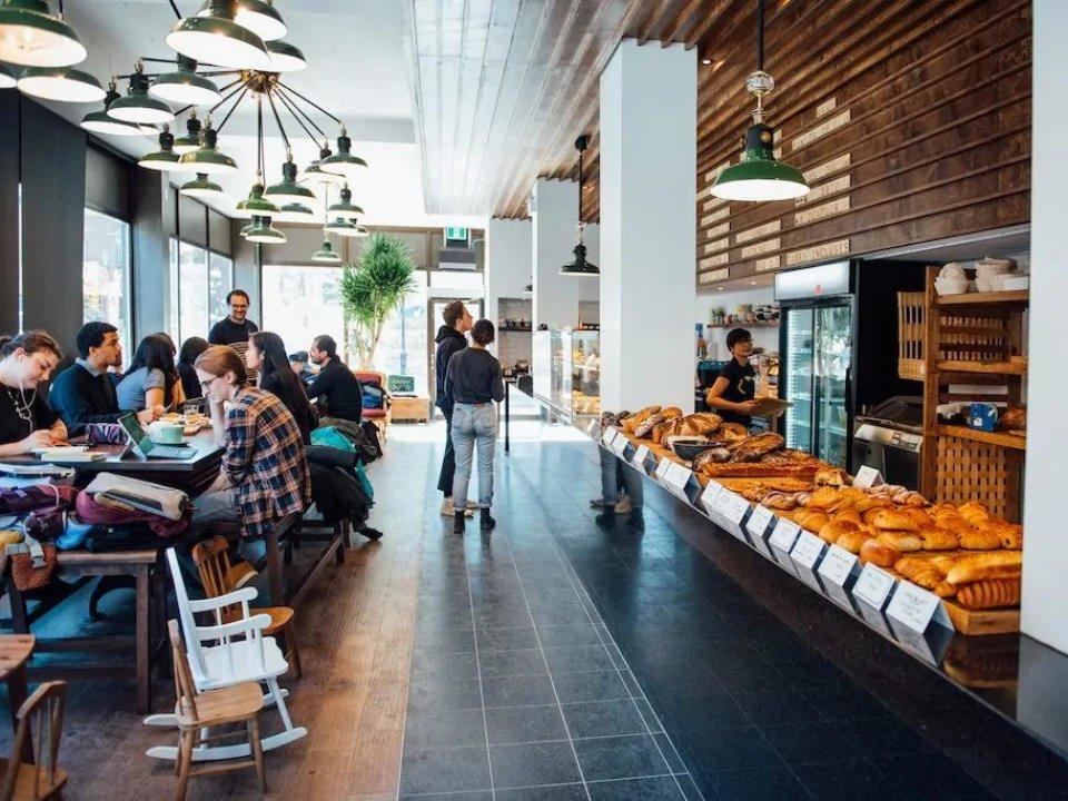 boulangerie artisanale intérieur de la boulangerie avec comptoir de pains du jour et clients boulangerie le toledo montréal quebec canada ulocal produits locaux achat local produits du terroir locavore touriste