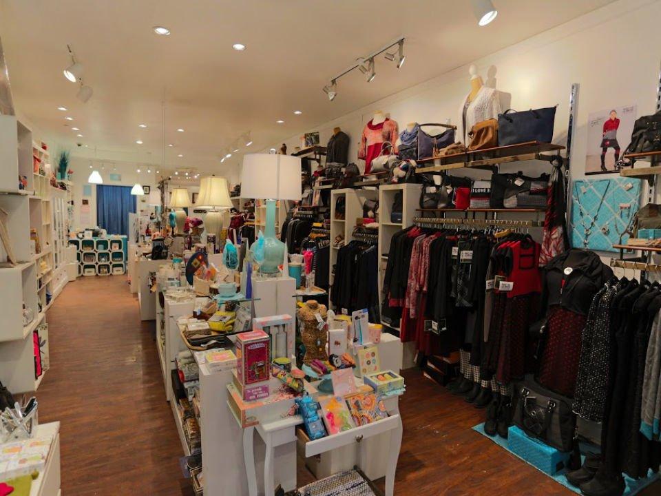 bijoux et accessoires intérieur de la boutique mansarde bleue montreal quebec canada ulocal produits locaux achat local produits du terroir locavore touriste