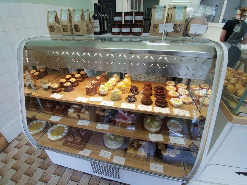 pâtisserie intérieur de la patisserie avec comptoir de produits du jour mlles gateaux montréal quebec canada ulocal produits locaux achat local produits du terroir locavore touriste
