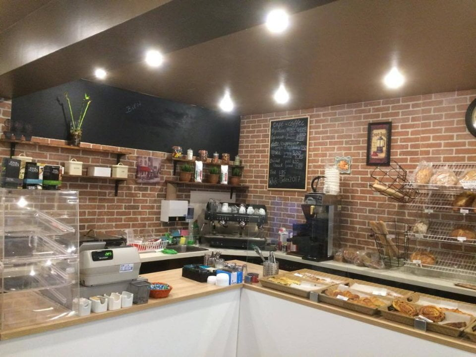boulangerie artisanale intérieur de la boulangerie avec comptoir de pains et patisseries du jour o-delice boulangerie montréal quebec canada ulocal produits locaux achat local produits du terroir locavore touriste