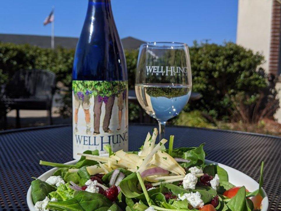 vignoble bouteille de vin avec salade sur terrasse well hung vineyard gordonsville virginie états unis ulocal produits locaux achat local produits du terroir locavore touriste