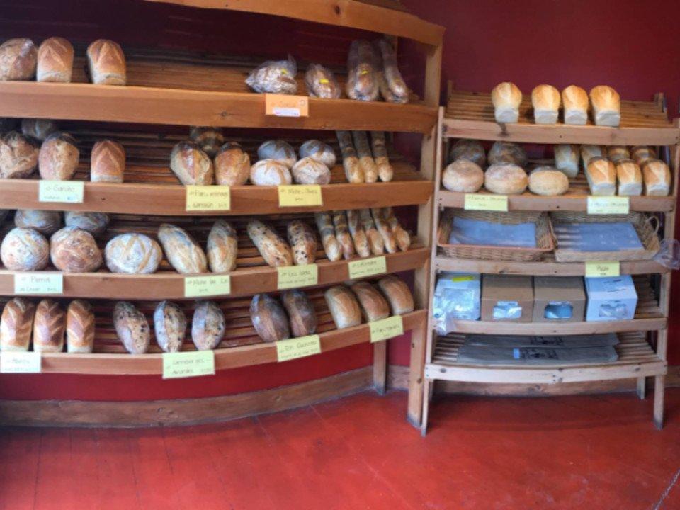 Boutique boulangerie pain baguette Boulangerie Artisanale Au Pain Gamin Rivière-du-Loup Québec Ulocal produit local chat local produits du terroir